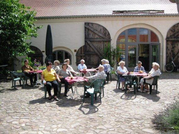 Kaffetrinken auf dem Scheunenhof